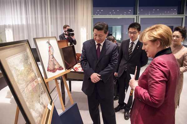 hủ tướng Đức và Chủ tịch Trung Quốc xem bản đồ Trung Quốc cổ thế kỷ 18 do Jean-Baptiste Bourguignon d'Anville (Pháp) vẽ, tại Phủ Thủ tướng Đức ở Berlin tối 28/3