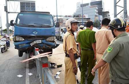 Chiếc 'xe điên' chỉ dừng lại khi tông gãy lan can bằng sắt giữa đường