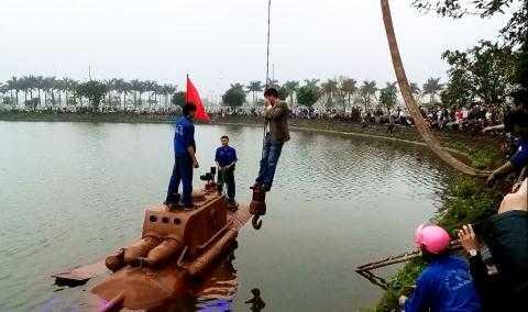 Ông Nguyễn Quốc Hòa xuống tàu ngầm thử nghiệm trên hồ.
