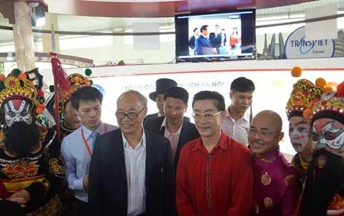 Nghệ sĩ Lục Tiểu Linh Đồng tham dự buổi giao lưu với khán giả tại Triển lãm Giảng Võ, Hà Nội