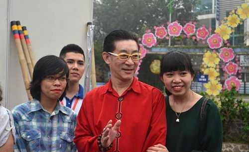Khán giả hâm mộ chụp hình với nghệ sĩ Lục Tiểu Linh Đồng