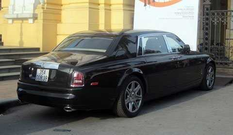 Rolls-Royce Phantom rồng mang biển số Ninh Bình trong một lần ghé thăm thủ đô. Đây là một trong hai chiếc Phantom Year of Dragon đầu tiên về Việt Nam. Ảnh: GDVN.