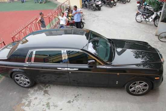 Chiếc Phantom rồng biển số Sài Gòn xuất hiện trên sân vận động Hàng Đẫy hồi tháng 7/2012. Ảnh: Quang Thái.