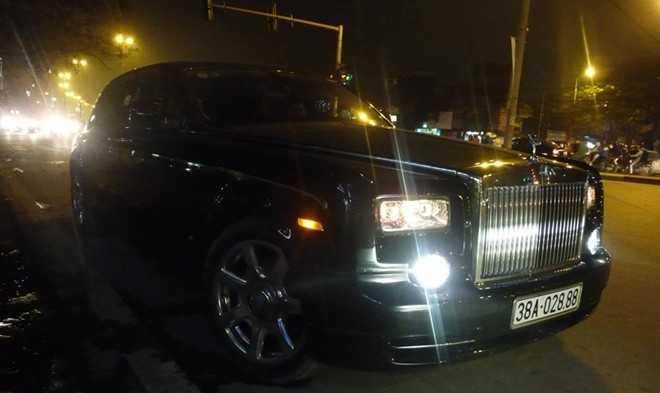 Phantom phiên bản rồng của đại gia Hà Tĩnh di chuyển trên đường Trần Khát Chân, Hà Nội đầu tháng 4/2014. Sau vụ tai nạn hồi tháng 8/2013, đây là lần thứ hai mẫu xe siêu sang được bắt gặp. Trước đó Rolls-Royce Phantom đặc biệt xuất hiện tại một garage ở Lào. Ảnh: Hoàng Lambor.