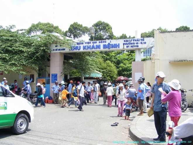 Bên ngoài cổng Bệnh viện Nhi đồng 1.