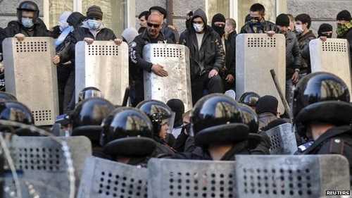 Những người biểu tình chống lại cảnh sát chống bạo động ở Donetsk