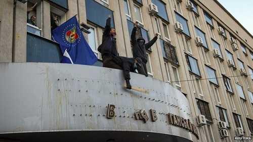 Người biểu tình chiếm tòa nhà chính quyền ở Luhansk