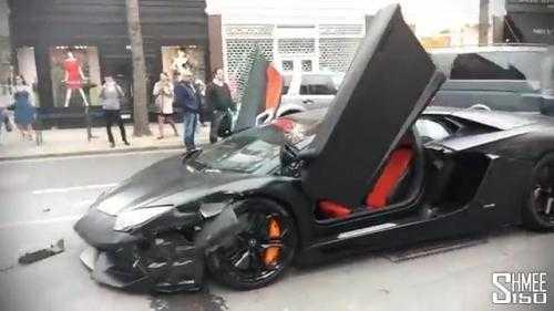 Chiếc siêu xe trị giá 25 tỷ vỡ tan đầu xe sau khi va chạm với hai ô tô trên đường phố Anh. Xem Clip