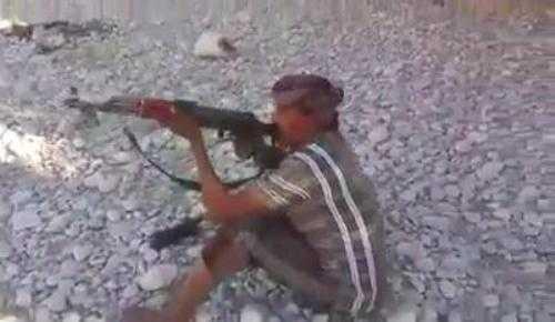 Trò chơi quá nguy hiểm với súng AK và thuốc lá. Xem Clip