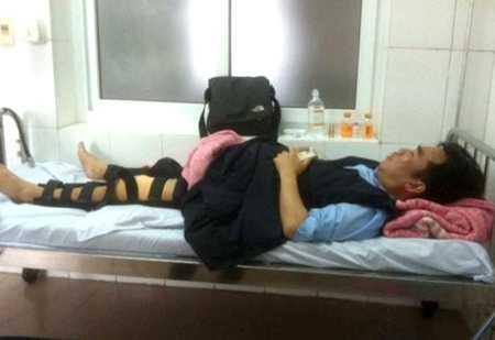Ông Tiết Minh Hồng điều trị tại bệnh viện sau khi bị 2 kẻ lạ mặt tấn công