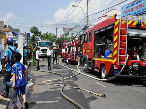 Lực lượng chữa cháy tích cực dập lửa khi xe bồn phát hỏa