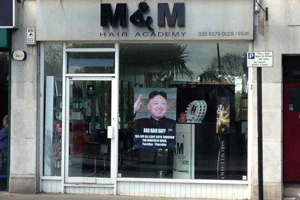 Tấm hình quảng cáo có sử dụng ảnh ông Kim Jong-Un trên cửa hiệu cắt tóc ở London