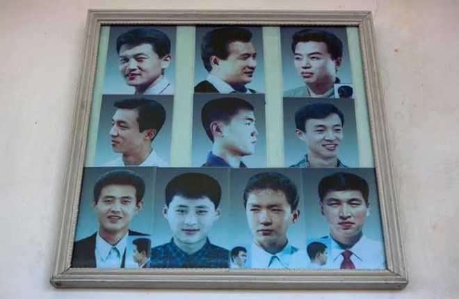 Hình ảnh một số mẫu tóc dành cho nam trong một cửa hiệu cắt tóc ở Triều Tiên