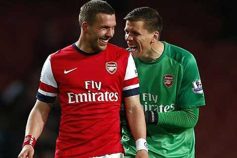 Podolski lập cú đúp giúp Arsenal ngược dòng