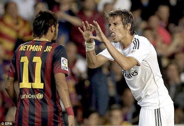 Các cầu thủ Real liên tục chế giễu thói ăn vạ của Neymar