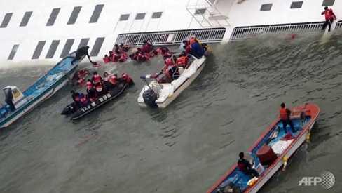 Tàu cứu hộ cố gắng tiếp cận chiếc phà bị lật trên biển