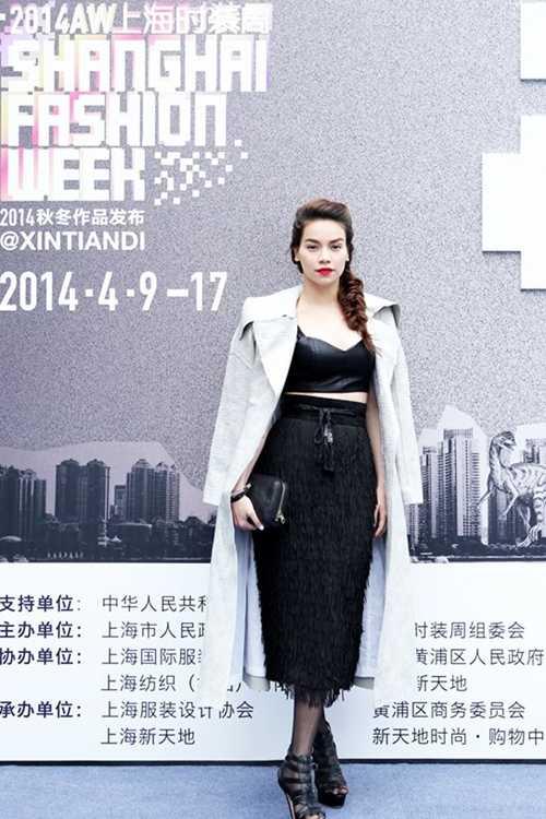 Hồ Ngọc Hà đang có mặt tại Trung Quốc tham   gia Tuần lễthời trang Thượng Hải Thu Đông 2014. Cô được ban tổ chức mời   tham dự một số sự kiện thảm đỏ diễn ra xuyên suốt chương trình.