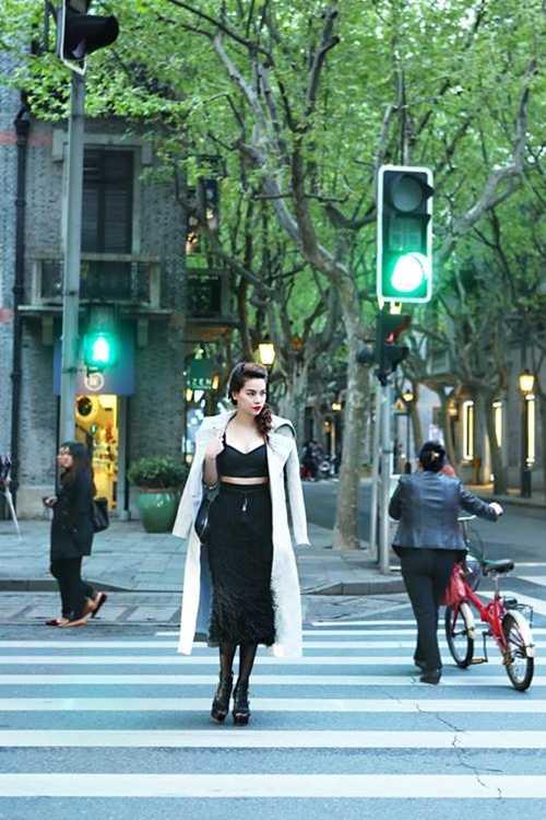 Trước đó ít ngày, Hồ Ngọc Hà tham gia   biểu diễn trong show thời trang của nhà thiết kế Kelly Bùi. Cô là đại   diện Việt Nam duy nhất được Kelly Bùi và ban tổ chức mời mà không qua   vòng casting. Với bản lĩnh tự tin, người đẹphoàn thành tốt vai trò mở   màn,vedette của buổi trình diễn và nhận được nhiều lời khen từ khán   giả.