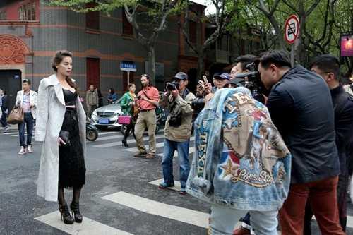 Hồ Ngọc Hà nhận được sự quan tâm, chú ý của đông đảo báo chí tại sự kiện.