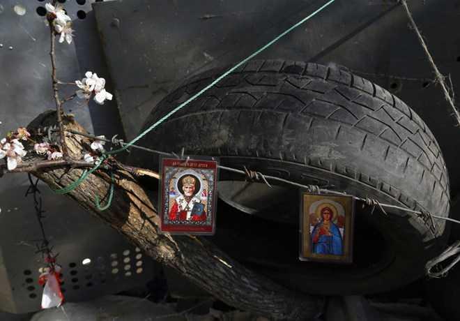 Hình ảnh chúa được treo trên các hàng rào chắn của người biểu tình ở Ukraine