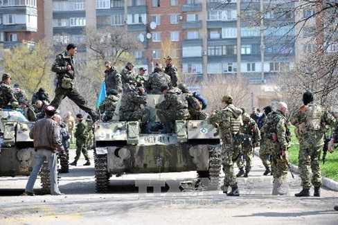 Xe bọc thép trấn giữ bên ngoài một tòa nhà chính quyền thành phố Slavyansk ngày 16/4 (Nguồn: AFP/TTXVN)