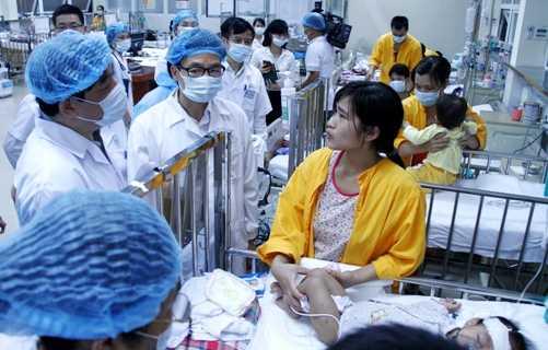 Phó Thủ tướng Vũ Đức Đam kiểm tra tình hình dịch sởi tại Bệnh viện Nhi Trung ương (Ảnh:Phạm Thịnh)