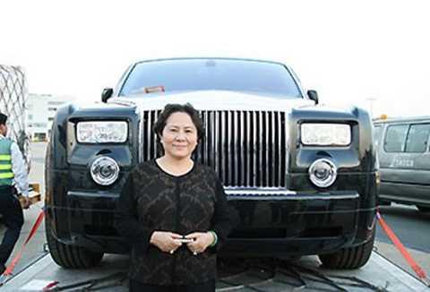 Bà Diệp cùng siêu xe Rolls Royce tại sân bay Tân Sơn Nhất năm 2008