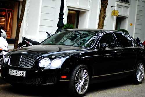 Trước khi tậu Rolls Royce Phantom Rồng thì bầu Kiên cũng đã sở hữu xế sang Bentley Continental Flying Spur có giá hơn 10 tỉ đồng