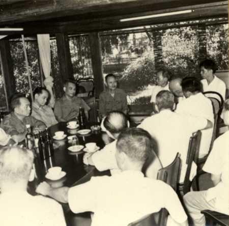 Trung tướng GS, TS, TTND Nguyễn Thế Khánh (thứ tư từ trái sang) báo cáo tình hình sức khỏe của Bác Hồ với các lãnh đạo Đảng, Nhà nước (tháng 8/1969). Ảnh tư liệu