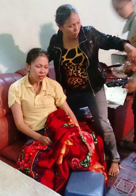 Chị Hương (vợ anh Thành) khóc ngất trước cái chết của con và chồng
