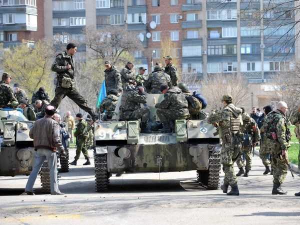 Xe bọc thép của một nhóm vũ trang chưa rõ thuộc lực lượng nào trấn giữ bên ngoài một tòa nhà chính quyền ở thành phố Slavyansk ngày 16/4