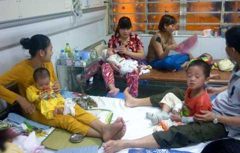 BV Nhi TƯ quá đông, bệnh nhân không được phân loại, sàng lọc ngay từ đầu nên rất nhiều trẻ bị nhiễm chéo sởi trong quá trình điều trị (Ảnh: C.Q)