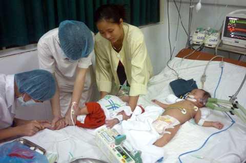 Hiện còn 27 trẻ mắc sởi nặng đang phải thở máy (Ảnh: C.Q)