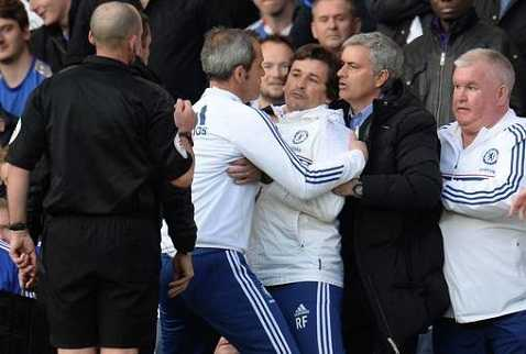 Mourinho và các trợ lý phản ứng trọng tài Mike Dean.