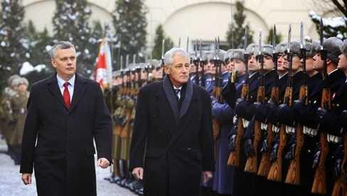 Bộ trưởng Quốc phòng Mỹ Chuck Hagel cùng người đồng cấp Ba Lan Tomasz Siemoniak duyệt đội danh dự trong chuyến thăm của ông Hagel tới Ba Lan hôm 20/4