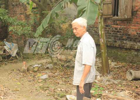 Ông Sưa dẫn PV đi tìm nhà bà T., người nhiều năm đào bới quanh nhà tìm kho báu