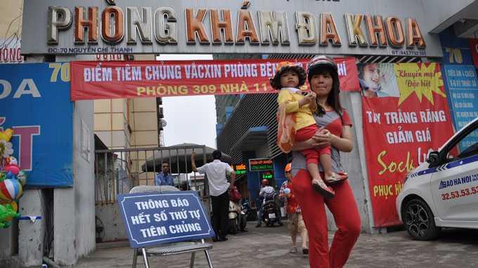 Nhiều cha mẹ đưa con đến điểm tiêm sởi dịch vụ của Trung tâm Y tế dự phòng Hà Nội phải ra về vì đã hết số thứ tự tiêm phòng - Ảnh: Vũ Viết Tuân