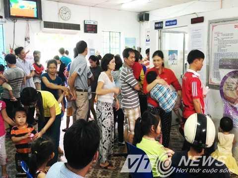 Hàng trăm phụ huynh đưa con đến Trung tâm Y tế dự phòng quận Thủ Đức tiêm phòng sởi