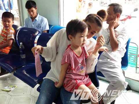 Trong khi đó, có rất đông phụ huynh cũng đưa con đến Trung tâm Y tế dự phòng TP.HCM tiêm ngừa sởi