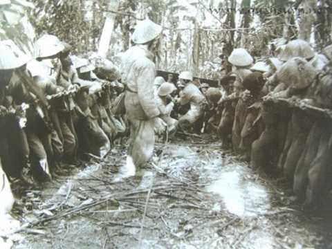 Kéo pháo vào chiến trường Điện Biên Phủ (ảnh tư liệu)
