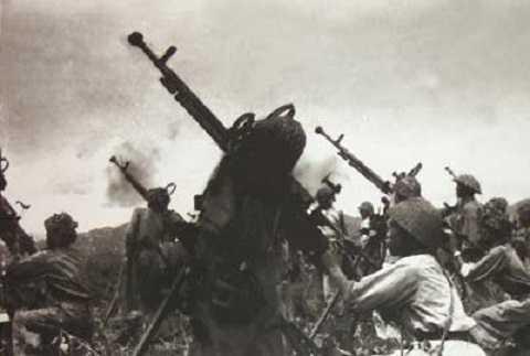 Thiết lập trận địa tiêu diệt không lực Pháp (ảnh tư liệu)