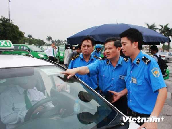 Bộ trưởng Thăng gạt đề xuất cấp súng cho thanh tra giao thông - Ảnh minh họa