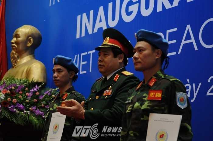 Bộ trưởng Quốc phòng, Đại tướng Phùng Quang Thanh trao mũ nồi xanh và quyết định công tác cho 2 sĩ quan - Ảnh: Tùng Đinh