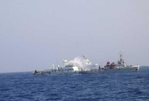 Tàu Trung Quốc hung hăng ngăn cản tàu chấp pháp của Việt Nam.