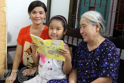 Bé Phương Uyên chụp ảnh bên mẹ và bà.