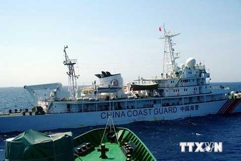 Tàu Trung Quốc uy hiếp và gây hại cho tàu Việt Nam ở Biển Đông (Ảnh: Công Đinh-Hữu Trung/TTXVN)