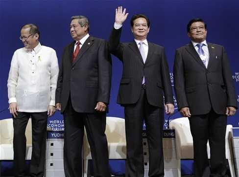 Thủ tướng Nguyễn Tấn Dũng cùng với các nhà lãnh đạo ASEAN tham dự Diễn đàn Kinh tế thế giới Đông Á tại Philippines tuần trước