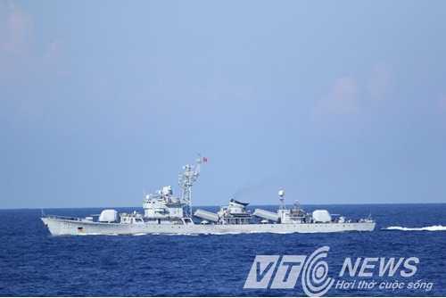 Tàu hộ vệ tên lửa của Trung Quốc ngang nhiên tham gia bảo vệ giàn khoan trên vùng biển của Việt Nam (Ảnh: Quang Tùng)