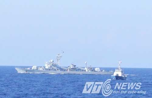Tàu Trung Quốc áp sát tàu chấp pháp Việt Nam (Ảnh: Quang Tùng)