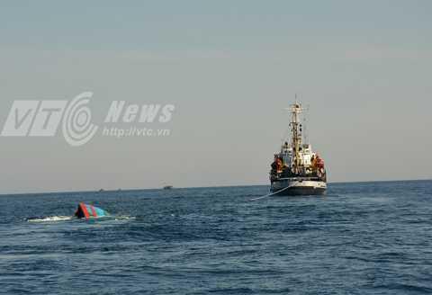 Chiều 29/5, tàu cá ĐNa 90152 được lai dắt về đảo Lý Sơn